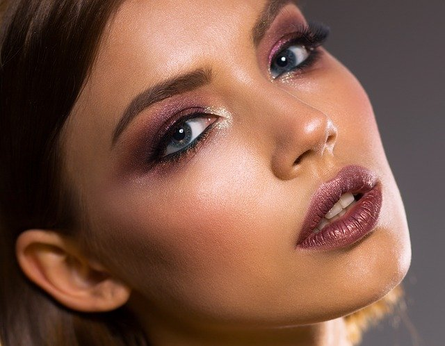 Czym charakteryzuje się makijaż wieczorowy?